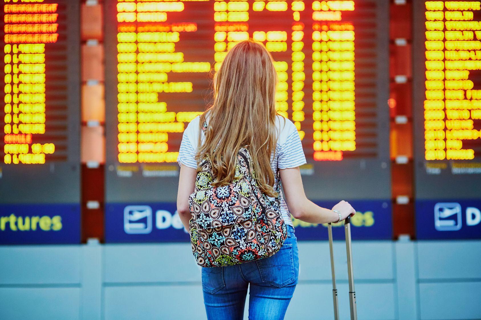 Mädchen am Flughafen Gute Gründe warum man Austauschschüler werden sollte