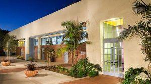 Sprachreise Santa Barbara, Kaplan International USA, Schule Seiteneingang